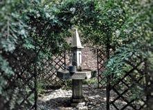 Fairy сад кабеля с фонтаном - цветом Стоковые Изображения