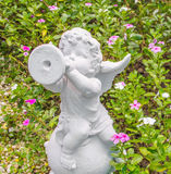 Fairy статуя в саде с цветком Стоковое Изображение