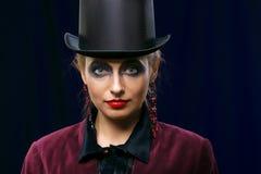 Fairy театральная девушка состава искусства в цилиндре шляпы на фиолетовой предпосылке Стоковое Фото