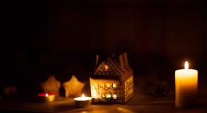 Fairy торт дома рождества с светом свечи внутрь Стоковое Изображение