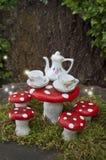 Fairy чаепитие с красными грибами и накаляя светами Стоковое Изображение