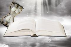 Fairy-tale Buch und Sandgläser Lizenzfreies Stockfoto