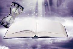 Fairy-tale Buch und Sandgläser Stockfotos