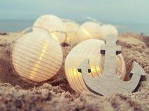 Fairylights en anker bij het strand stock afbeeldingen