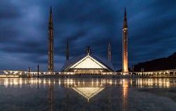 Faisal Mosque i Islamabad, Pakistan på aftontid med lightup Arkivbild