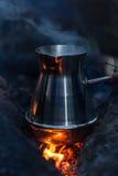 Faisant à cezve de café les charbons flamboyants Photos libres de droits