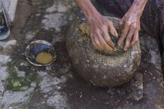 Faisant à jamu la boisson saine traditionnelle indonésienne photos libres de droits