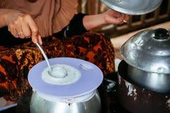 Faisant à Khao Kriab Yana le casse-croûte local de l'interdiction Nam Chiao, Trat, Thail image stock