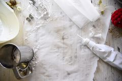Faisant à Noël blanc les meringues douces avec la grenade Image libre de droits