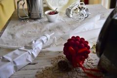 Faisant à Noël blanc les meringues douces avec la grenade Photographie stock libre de droits