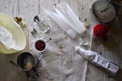 Faisant à Noël blanc les meringues douces avec la grenade Photos stock