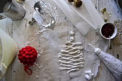 Faisant à Noël blanc les meringues douces avec la grenade Photographie stock