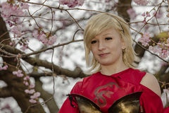 Faisant bon accueil au ressort et à célébrer des fleurs de cerisier Photo libre de droits