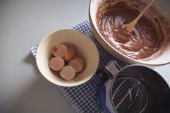 Faisant cuire au four dans la cuisine, maison associée Photographie stock
