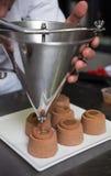 Faisant cuire au four et faisant cuire le chocolat et les déserts doux photo stock