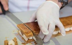 Faisant cuire au four et faisant cuire le chocolat et les déserts doux images stock
