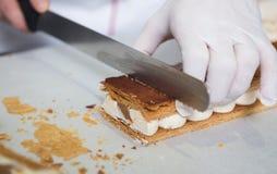 Faisant cuire au four et faisant cuire le chocolat et les déserts doux photo libre de droits