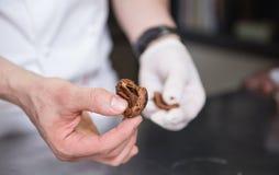 Faisant cuire au four et faisant cuire le chocolat et les déserts doux photographie stock