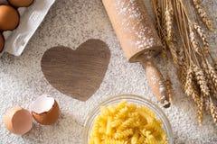 Faisant cuire au four et faisant cuire le coeur de concept de la farine Photographie stock
