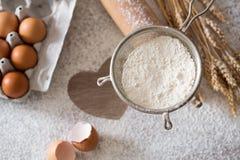 Faisant cuire au four et faisant cuire le concept - ingrédients de cuisson Photos libres de droits