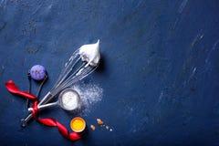 Faisant cuire au four ou faisant cuire le cadre de fond ingrédients Nouvelle année, principal vi photo libre de droits