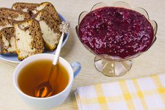 Faisant cuire d'une groseille rouge, des gâteaux et de la tasse avec le thé Image libre de droits