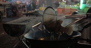 Faisant cuire dans le restaurant de rue de Bangkok, la Thaïlande banque de vidéos