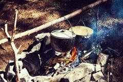 Faisant cuire dans un voyage de hausse, mangeant dans les montagnes, tourisme Cuisson à l'enjeu image stock