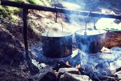 Faisant cuire dans un voyage de hausse, mangeant dans les montagnes, tourisme Cuisson à l'enjeu photo stock