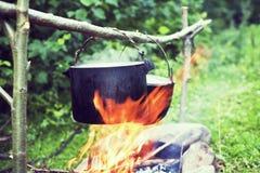 Faisant cuire dans un voyage de hausse, mangeant dans les montagnes, tourisme Cuisson à l'enjeu photo libre de droits