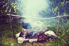 Faisant cuire dans un voyage de hausse, mangeant dans les montagnes, tourisme Cuisson à l'enjeu photos libres de droits