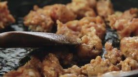 Faisant cuire et faisant frire la viande de saucisse banque de vidéos