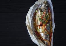 Faisant cuire et marinant le poisson de mer photos libres de droits