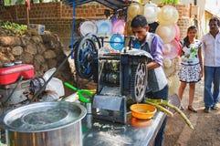 Faisant cuire et vendant le jus tubulaire populaire du ` s d'Inde Photographie stock libre de droits