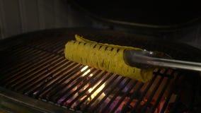 Faisant cuire l'enveloppe de burrito grillée sur le barbecue avec le feu Nourriture mexicaine Cuisine mexicaine clips vidéos