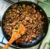 Faisant cuire la recette - viande de ragoût avec des légumes images stock