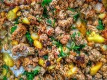 Faisant cuire la recette - viande de ragoût avec des légumes photographie stock libre de droits