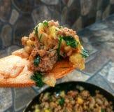 Faisant cuire la recette - viande de ragoût avec des légumes photographie stock