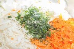 Faisant cuire la salade saine ? la maison dans la cuisine images libres de droits