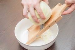 Faisant cuire la salade saine ? la maison dans la cuisine photos stock