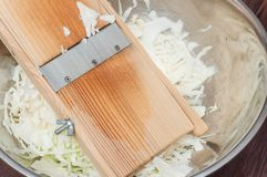 Faisant cuire la salade saine ? la maison dans la cuisine photographie stock