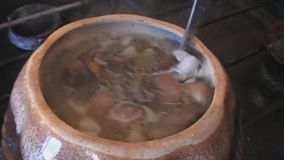 Faisant cuire la soupe avec le poulet et les champignons, clips vidéos