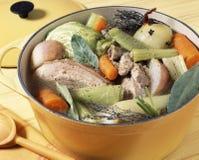 Faisant cuire la viande et les légumes ensemble Photos libres de droits