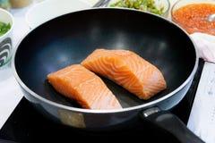 Faisant cuire le bifteck saumoné avec la casserole, faisant frire Salmon Steak images stock