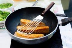 Faisant cuire le bifteck saumoné avec la casserole, faisant frire Salmon Steak images libres de droits