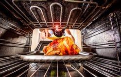 Faisant cuire le poulet dans le four à la maison image libre de droits