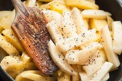Faisant cuire les pommes de terre frites ? la maison comme casse-cro?te rapide images libres de droits