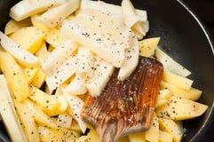 Faisant cuire les pommes de terre frites ? la maison comme casse-cro?te rapide photographie stock