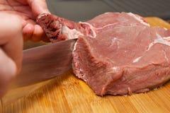 Faisant cuire un bifteck d?licieux et juteux ? la maison photos stock