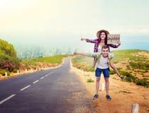 Faisant de l'auto-stop des couples, les auto-stoppeurs voyage n'importe où Photographie stock
